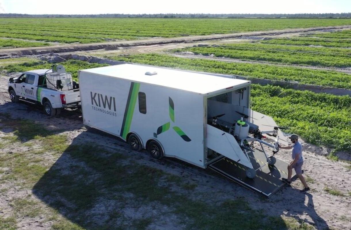 農場の隅々まで効率的に農薬を散布する、Kiwi Technologies社の大型ドローン技術について解説